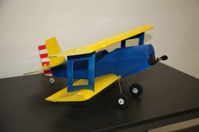Cargando baterias. Aeromodelismo para niños y niñas