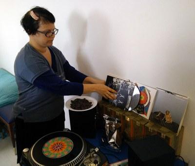 """Julia Drouhin """"cocina"""" discos de chocolate durante su residencia en LABoral como homenaje a Edison"""